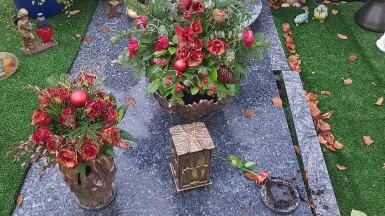 Bij dit graf werd een vaas gestolen (foto: Jet Pruijmboom).