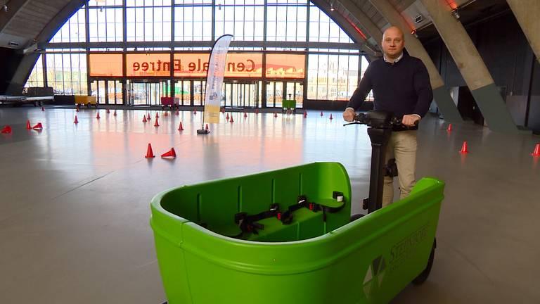 Edwin Renzen op zijn nieuwe Stint Buszy (Foto: Omroep Brabant)