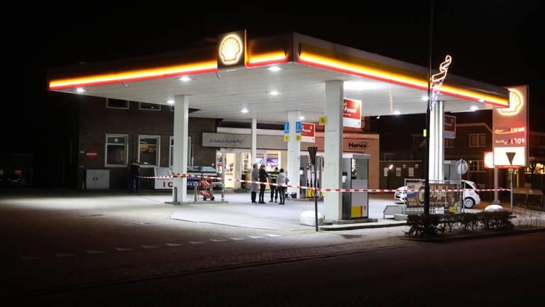 Het tankstation is afgezet voor onderzoek. (Foto: Gabor Heeres  / SQ Vision Mediaprodukties)