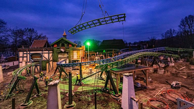 De laatste baandelen van de nieuwe attractie Max& Moritz in de Efteling zijn gelegd. (Foto: Efteling)