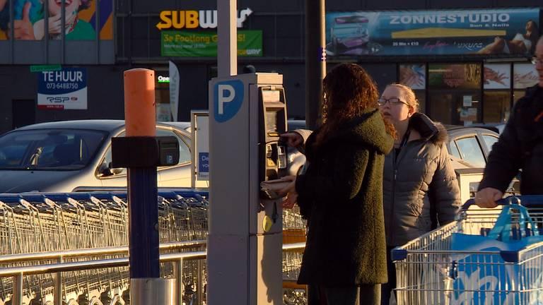 Bij winkelcentrum Woensel moet het gratis parkeren terugkomen, vinden de ondernemers.