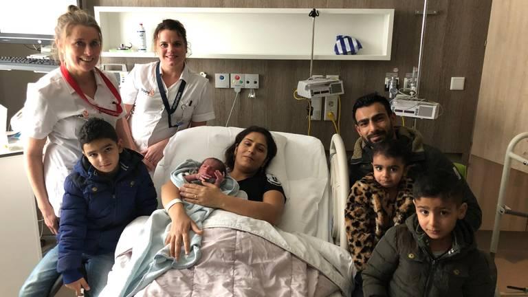 Reber in de armen van moeder Hazna en verder omringd door papa Barzani, zijn broertjes Masoud en Farid, zusje Nadia, alsmede verpleegkundige Colinda en verloskundige Manon die de bevalling begeleid hebben (foto: Bravis ziekenhuis).