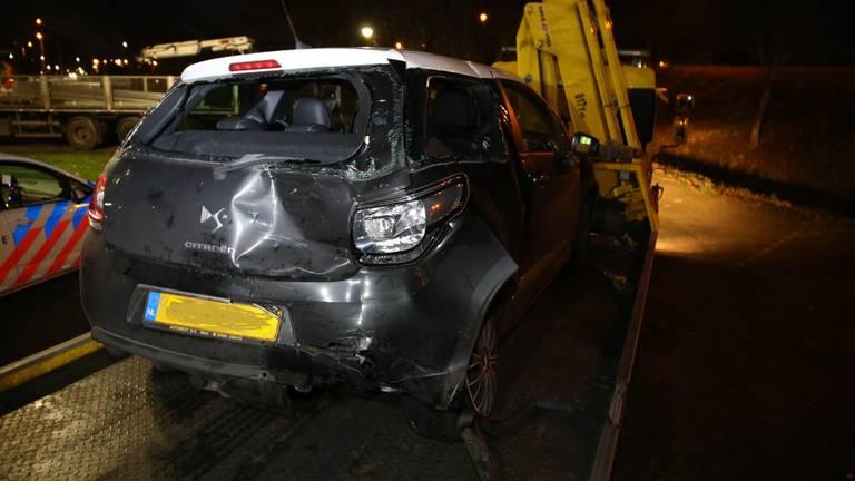 De auto die klem zat tussen de twee vrachtwagens (foto: Mathijs Bertens / Stuve Fotografie).