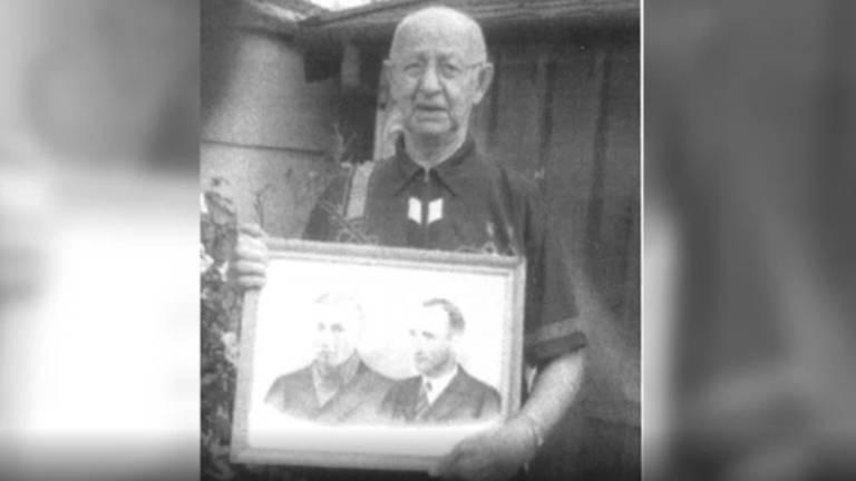 Christ met de foto van zijn broers.