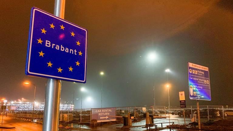 Het landenbord bij Eindhoven Airport. (Foto: Pacte des Cygnes)
