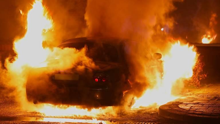 De auto aan de Wagenaarstraat in Oss werd door brand verwoest. (Foto: Gabor Heeres/SQ Vision)