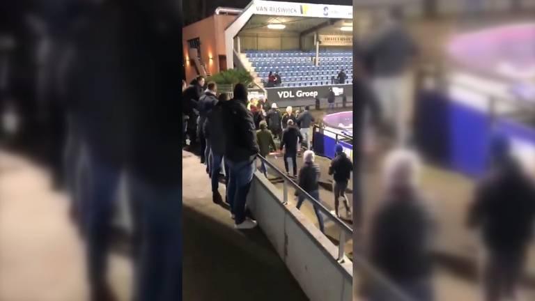 Supportersgroepen op weg naar elkaar, tot een confrontatie kwam het niet (Foto: Twitter).