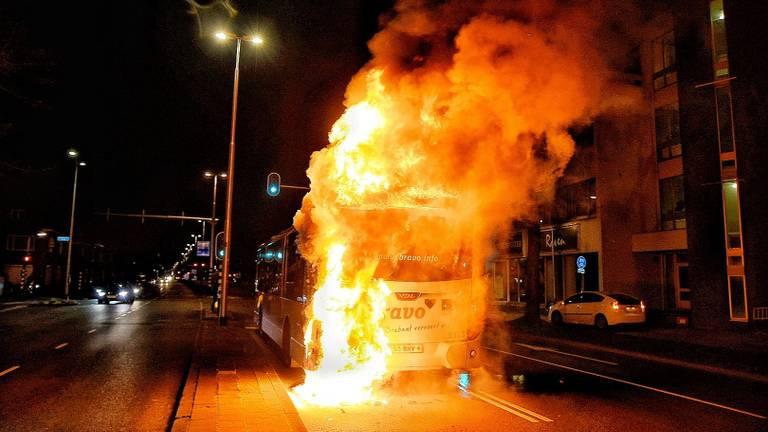 Vlammen slaan uit de bus van Arriva. (foto: Toby de Kort)