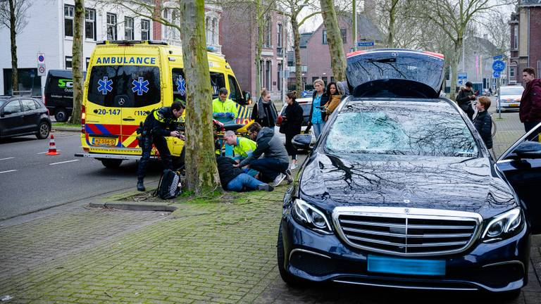 De fietsster werd geschept door een taxi. (Foto: Jack Brekelmans / Persburo BMS)