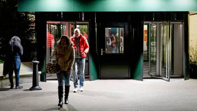 Gedupeerde ouders in de kinderopvangtoeslagaffaire verlaten De Broodfabriek na een gesprek met premier Mark Rutte en minster Wopke Hoekstra (Financien). (Foto: ANP 2020 / Sem van der Wal)