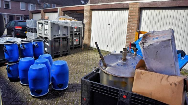 De garagebox stond vol met vaten en jerrycans (Foto: Toby de Kort)