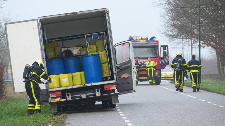 Aan de Chaamseweg in Ulvenhout troffen wegwerkers een witte bestelbus aan met drugsafval. foto: Tom van der Put / SQ Vision Mediaprodukties