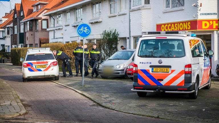 De politie viel een woning binnen op zoek naar de verdachte. (Foto: Sem van Rijssel/SQ Vision)