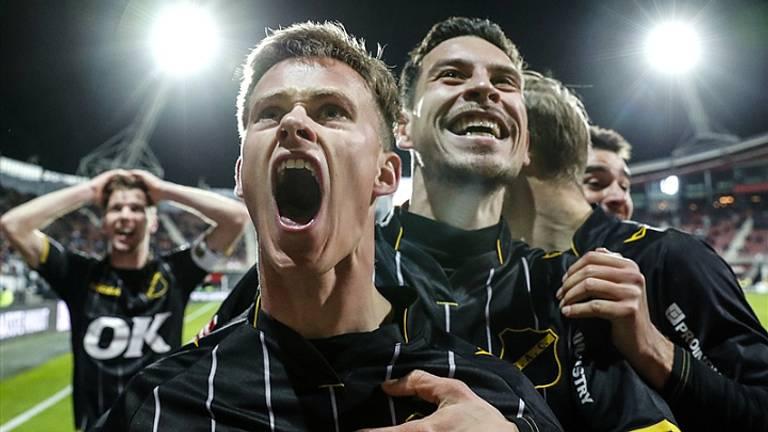 Dolle vreugde bij NAC Breda na de winst op AZ. (Foto: Hollandse Hoogte).