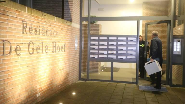 De politie doet onderzoek in het complex waar de dode vrouw werd gevonden. (Foto: Bart Meesters)