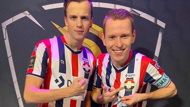 Sem van den Hoof (rechts) met Willem II-ploeggenoot Tim Doleweerd.