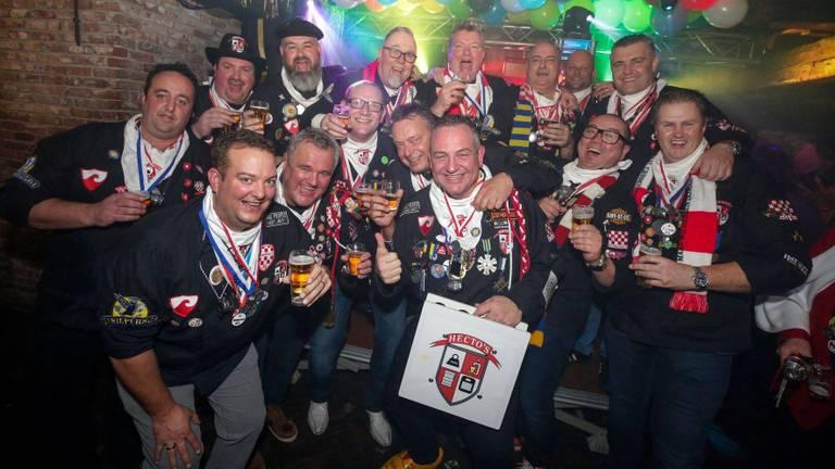 De mannen van carnavalsvereniging De Hecto's.