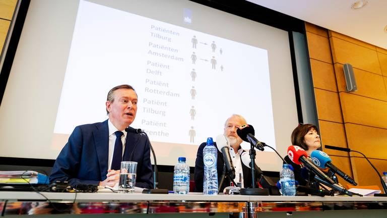 Minister Bruno Bruins (l) tijdens de persconferentie zondagmiddag. (Foto: ANP)