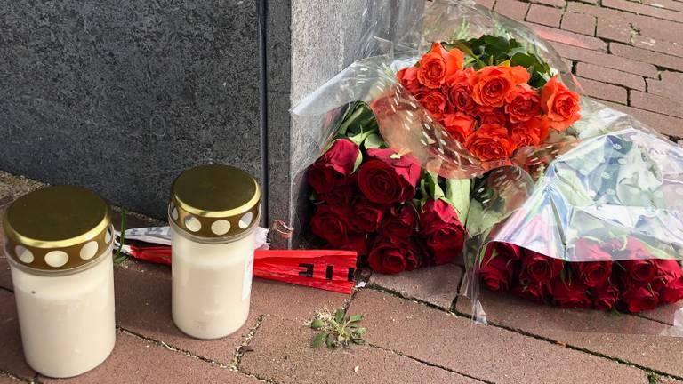 Bloemen bij het appartement van de vermoorde tonprater Frank Schrijen.