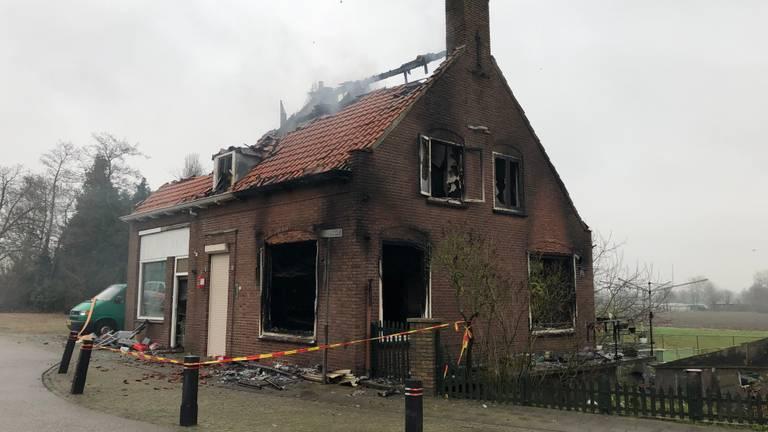 Het uitgebrande huis (foto: René van Hoof).