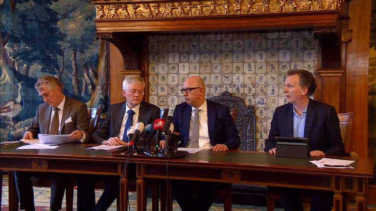 Drie burgemeesters geven een persconferentie.