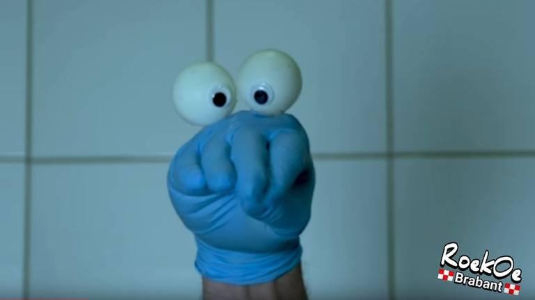 De hand van Roel. (foto: RoekOe Brabant / YouTube)