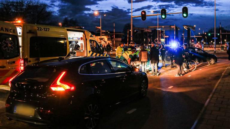 Omstanders vonden de mishandelde man op de Julianabrug (foto: Harrie Grijseels/ SQ Vision)
