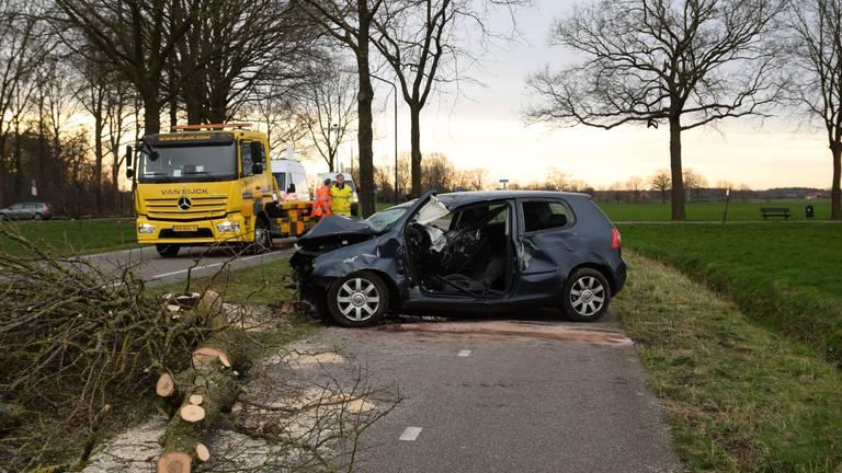 Het wrak na het ongeluk, de boom moest worden omgezaagd (foto: Toby de Kort).