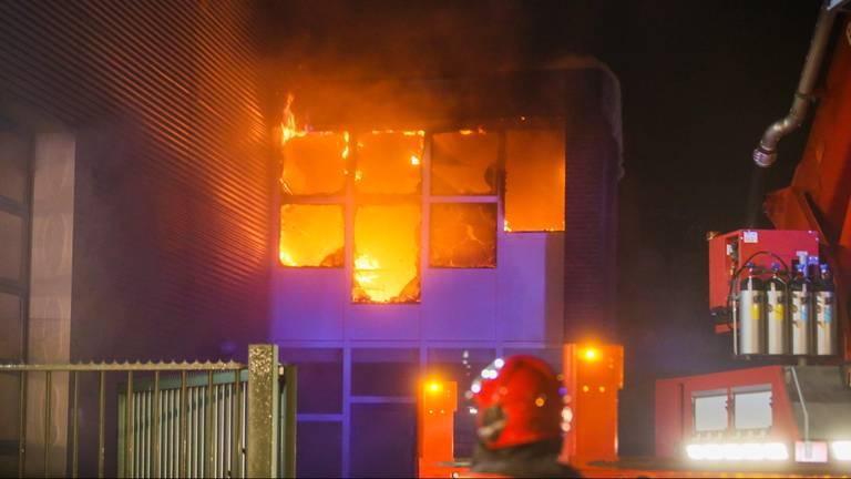 Brand bij kantoor autowasstraat Helmond (foto: Pim Verkoelen).