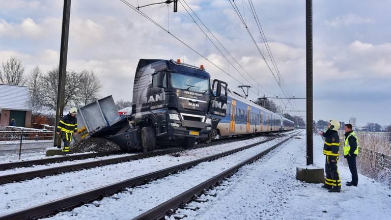 Enorme ravage na botsing tussen trein en vrachtwagen in Berkel-Enschot. (foto: Toby de Kort)