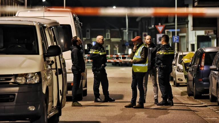 De politie deed uitgebreid onderzoek (foto: Toby de Kort/SQ Vision).