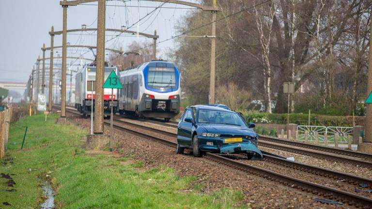 De auto werd door een trein geramd (foto: Christian Traets/SQ Vision).