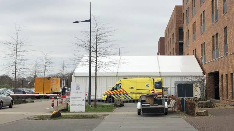 De triagetent bij ziekenhuis Bernhoven. (Foto: Imke van de Laar)