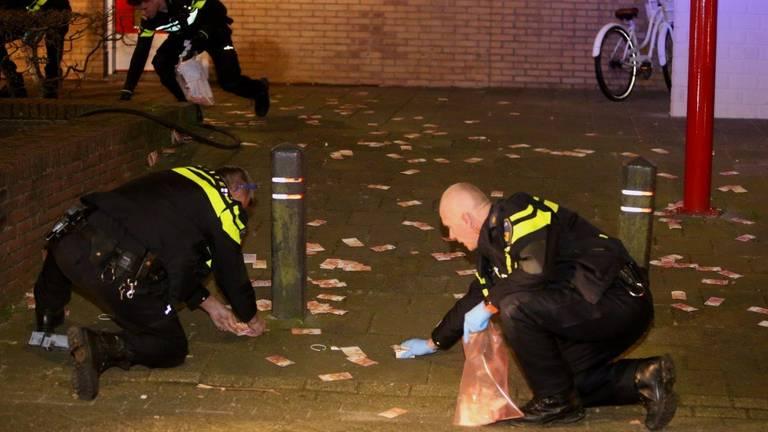 Agenten rapen geld in Den Bosch. (Foto: Bart Meesters / SQ Vision)