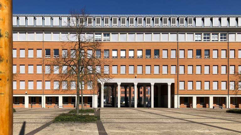 Een verlaten Paleis van Justitie Den Bosch in coronatijden (foto: archief).
