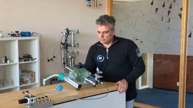 Frans Fransen bij zijn prototype van een automatisch beademingsapparaat. (Foto: Frans Fransen)