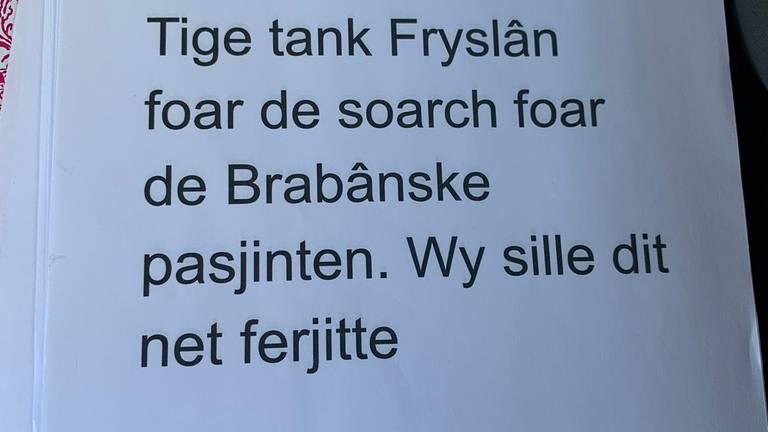 """Het dankwoord op de doos: """"Heel erg bedankt Friesland voor de zorg voor de Brabantse patiënten. We zullen dit niet vergeten."""""""