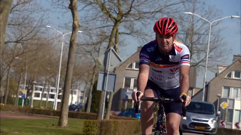 Nico van der Rijt aan het trainen op de fiets (foto: Omroep Brabant).