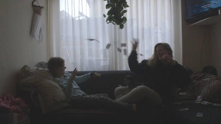Eline stoeit met jongste dochter Noëlla (foto: Eline van der Kaa).
