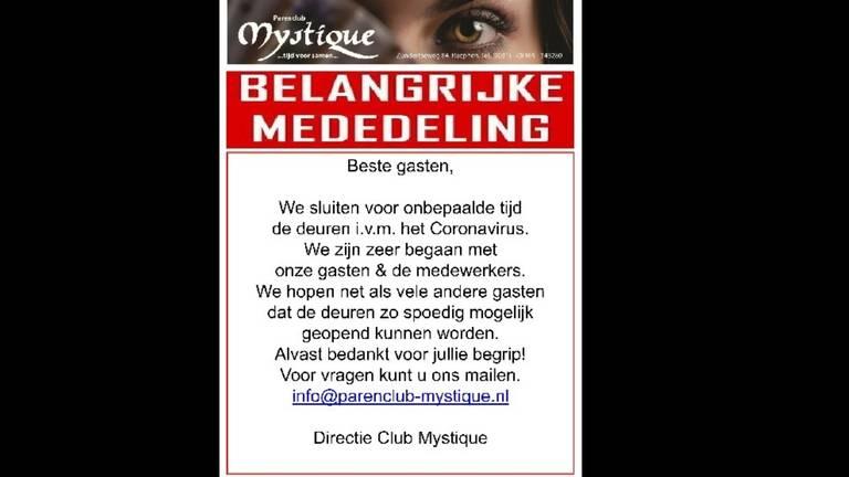 Deze poster hangt op de deur van parenclub Mystique (foto: Frank van Loon).
