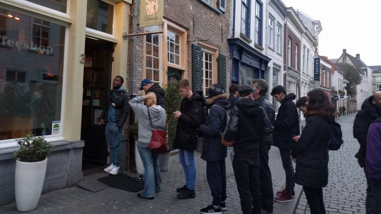Lange rijen voor de coffeeshop vanwege de plotselinge sluiting (Foto: Malini Witlox).