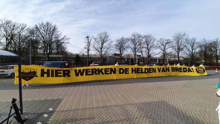 NAC-fans betuigden vorige week hun steun aan al het zorgpersoneel met dit spandoek. (foto: Ronald Sträter).
