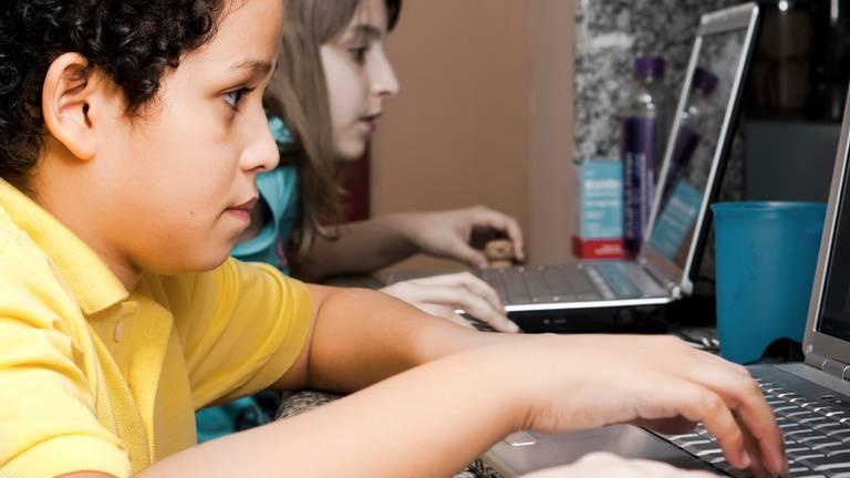 Kinderen krijgen noodgedwongen thuisonderwijs.