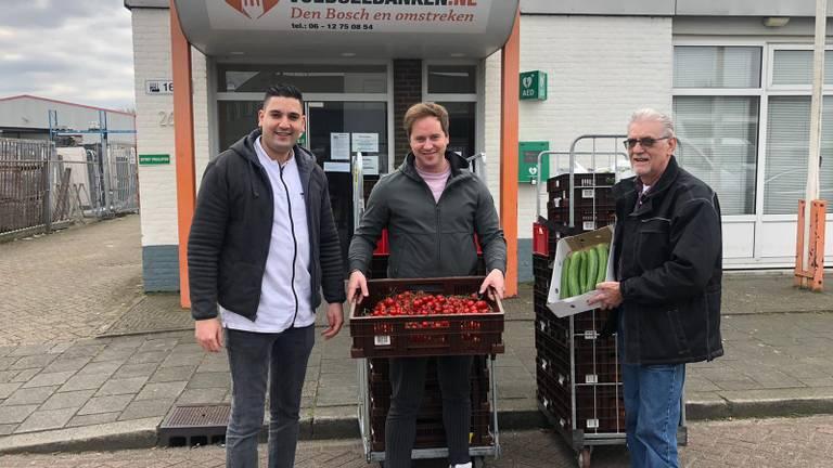 Van der Valk Nuland komt verse groenten brengen voor de voedselbank in Den Bosch. (foto: Henk van Esch)