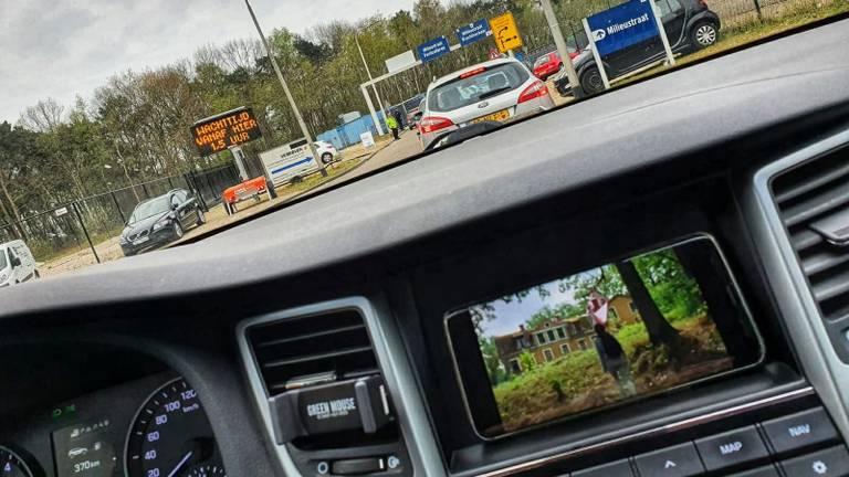 Netflixen in de rij bij de milieustraat in Tilburg.