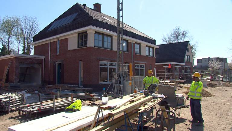 Bouwvakkers aan het werk op anderhalve meter van elkaar vandaan (foto: Omroep Brabant).