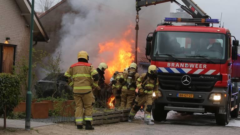 De brandweer bestreed het vuur aan het Wildpad in Vught (foto: Bart Meesters).