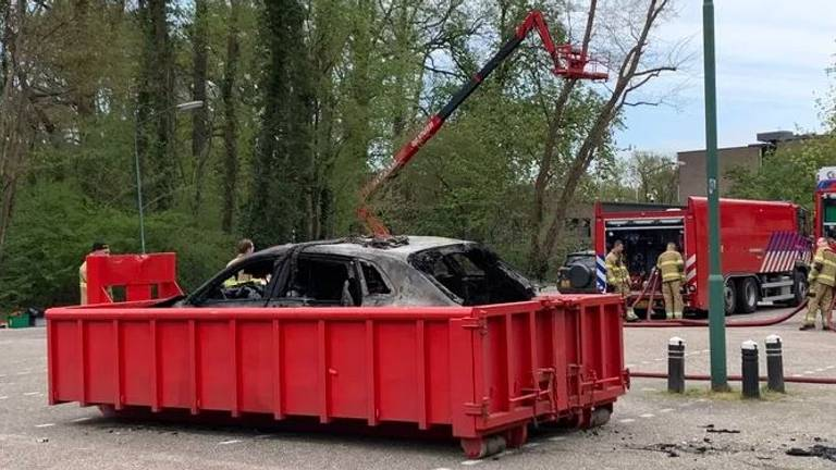 De auto is in een dompelbak gelegd. (Foto: Bart Meesters)