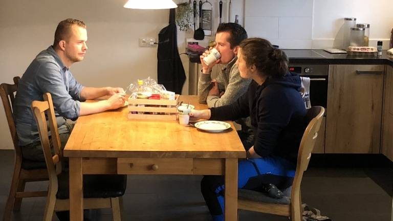 Annemiek aan tafel met Jelte en Erik. (Foto: KRO-NCRV)