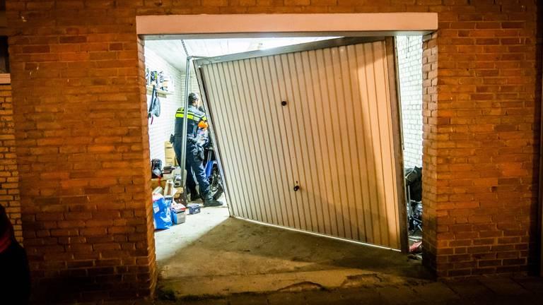 De deur belandde halverwege de garagebox (foto: Sem van Rijssel/ SQ Vision)